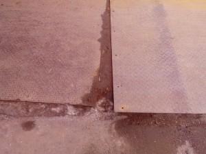 Металлический лист отошёл от основания