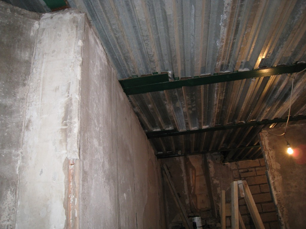 Кроме того, несущие металлические конструкции были не консервированы и требовали зачистки и окраски. Что и было сделано.