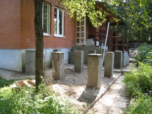 Металлоконструкция веранды на бетонных столбах.