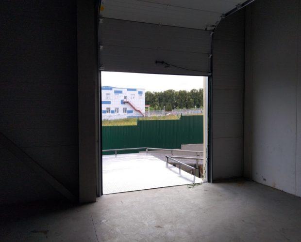 Зона разгрузки, разгрузка фуры, пандус на складе, площадка разгрузки, пандус для разгрузки.
