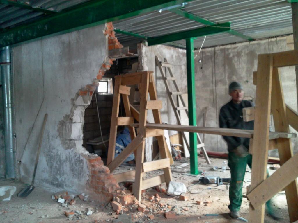 Демонтаж несущей стены после укрепления перекрытия